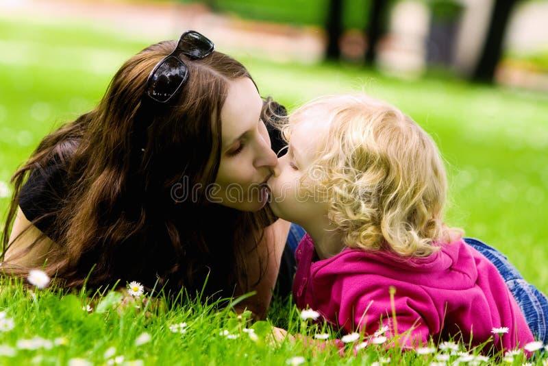Beijo da matriz e da filha fotografia de stock royalty free