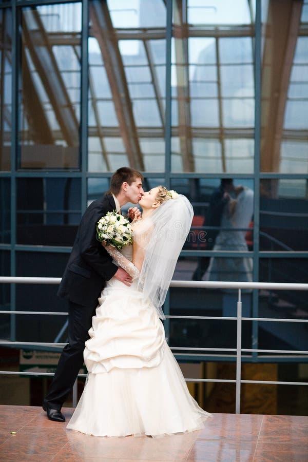 Beijo da noiva e do noivo imagens de stock royalty free