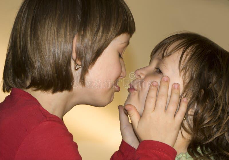 Beijo das irmãs fotografia de stock