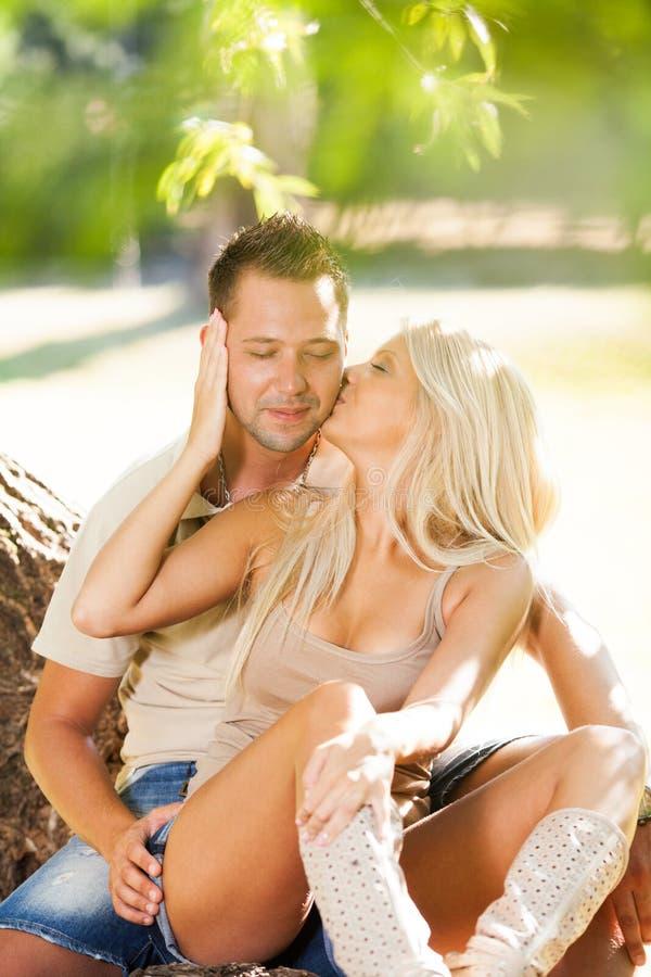 Beijo de pares românticos Embraced foto de stock royalty free