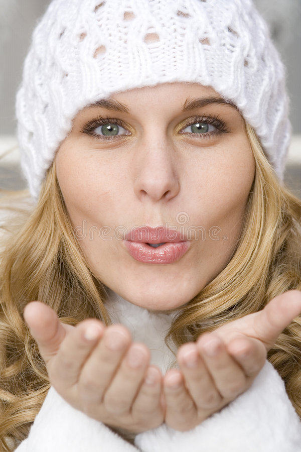 Beijo de sopro da mulher bonita imagem de stock
