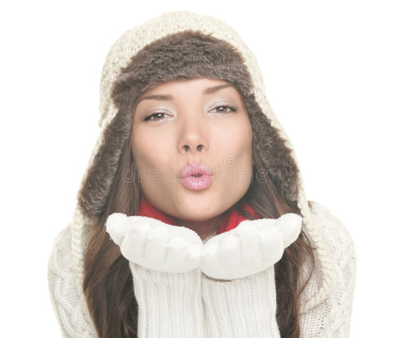 Beijo de sopro da mulher bonita do inverno isolado imagem de stock