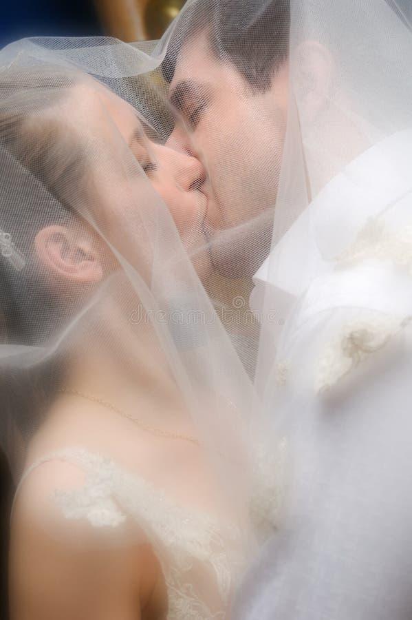 Beijo de um par apenas-casado imagens de stock