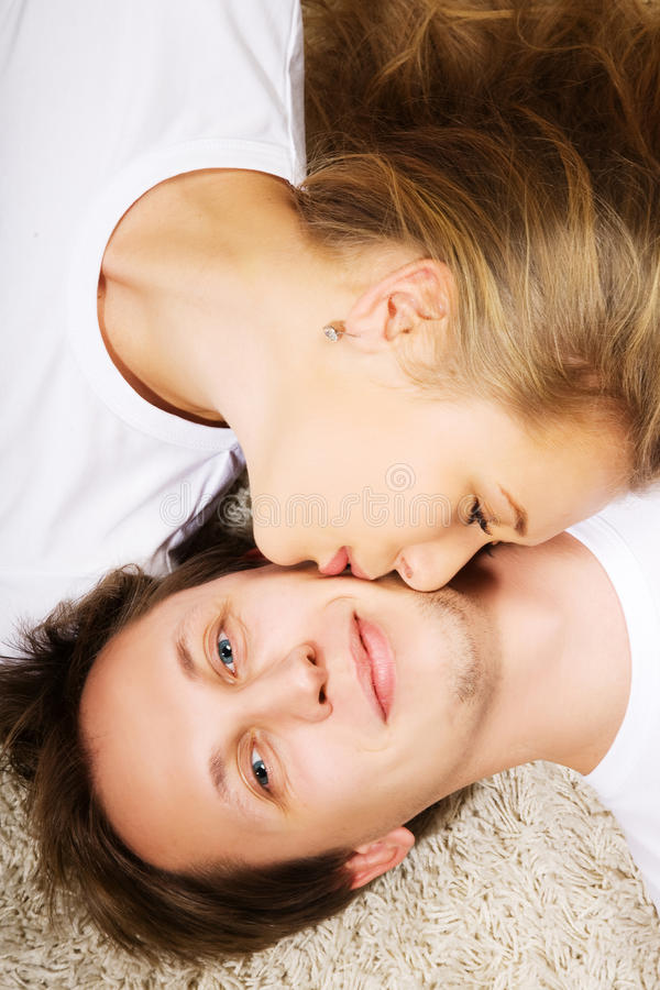 Beijo do homem novo e da mulher fotografia de stock