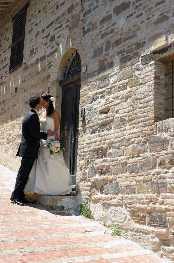 Beijo do noivo e da noiva fotografia de stock royalty free