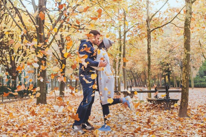 Beijo do outono, par loving novo no parque foto de stock royalty free