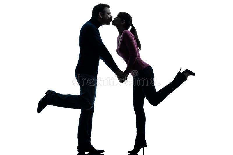 Beijo dos amantes do homem da mulher dos pares   silhueta fotos de stock royalty free
