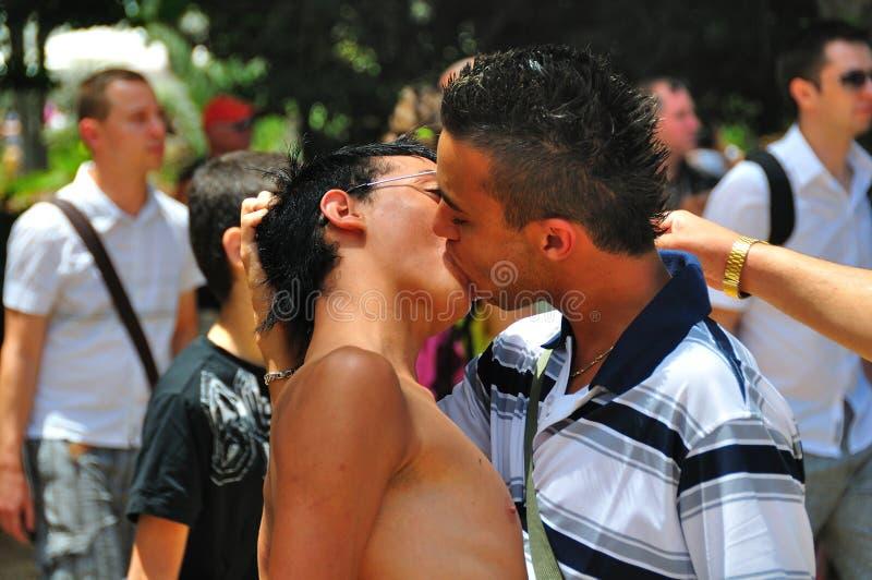 Beijo dos homens imagem de stock