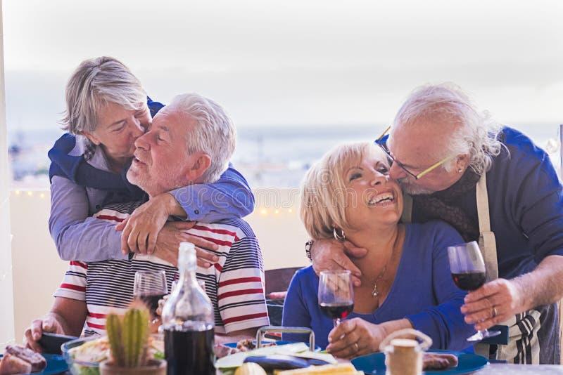 Beijo e amor com sêniores e celebração foto de stock