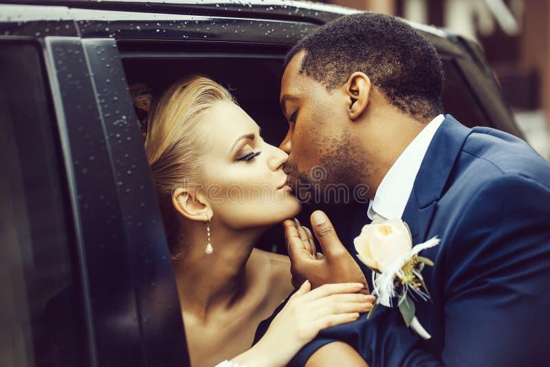 Beijo feliz dos recém-casados foto de stock royalty free