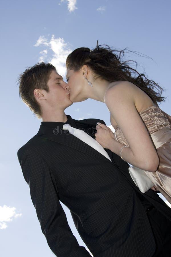 Beijo feliz novo dos pares fotos de stock