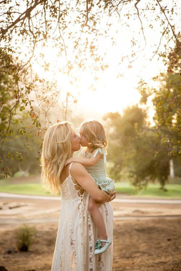 Beijo grávido do irmão de maternidade foto de stock
