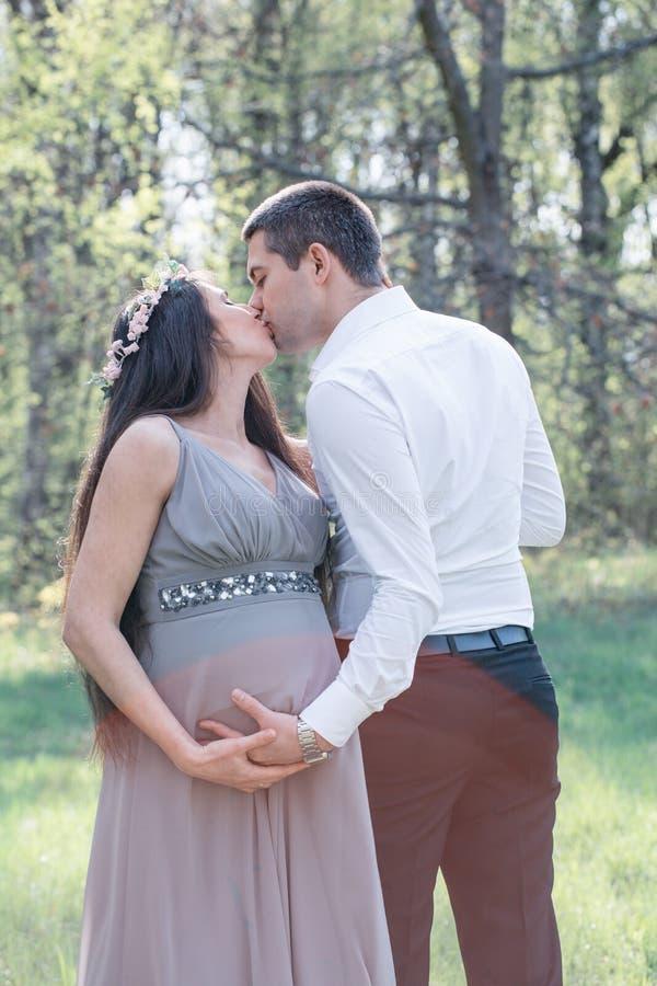 Beijo grávido dos pares fotografia de stock