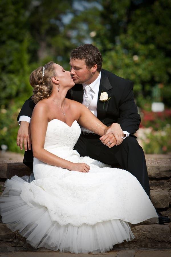 Beijo no parque imagem de stock royalty free