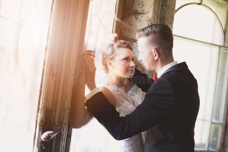 Beijo novo dos noivos imagens de stock