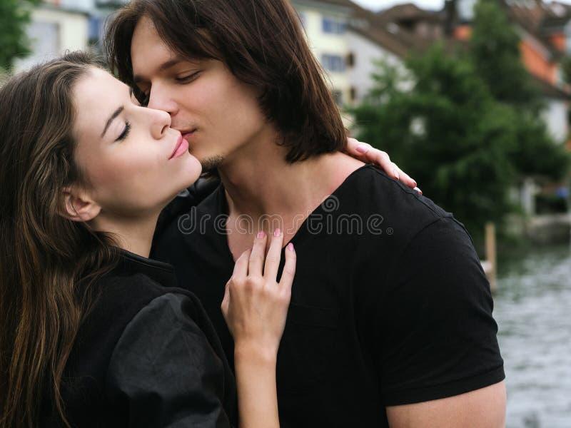 Beijo novo dos pares imagens de stock royalty free