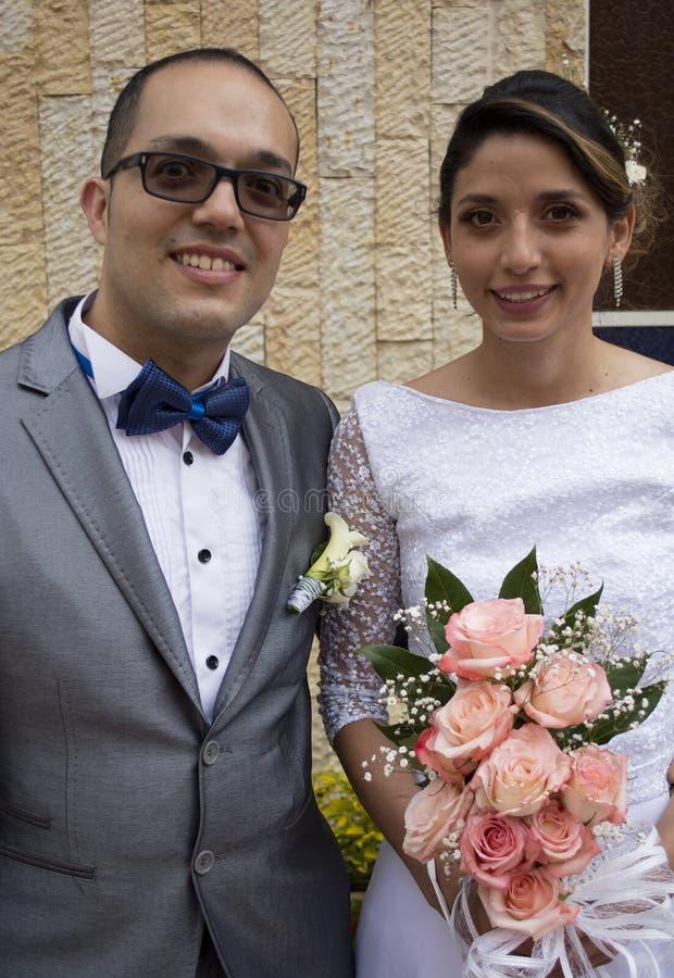 Beijo novo dos pares do casamento imagem de stock royalty free