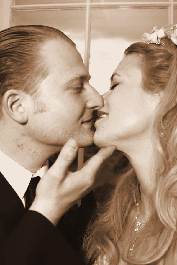 Beijo romântico da noiva e do noivo imagens de stock