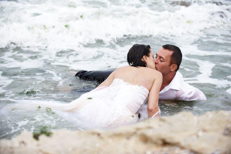 Beijo romântico do verão (beijo dos pares) fotos de stock royalty free