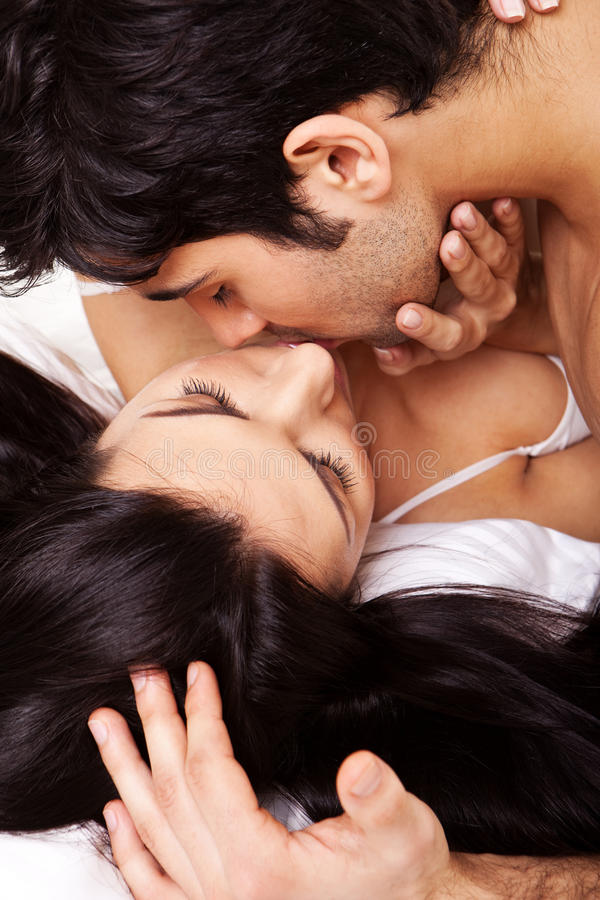 Beijo romântico dos pares imagens de stock royalty free