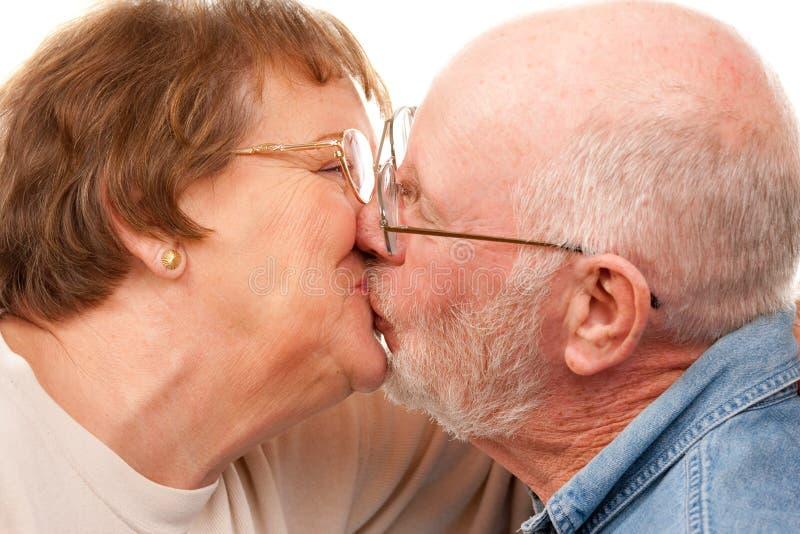 Beijo sênior afectuoso dos pares fotografia de stock royalty free