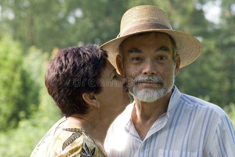 Beijo sênior dos pares fotografia de stock