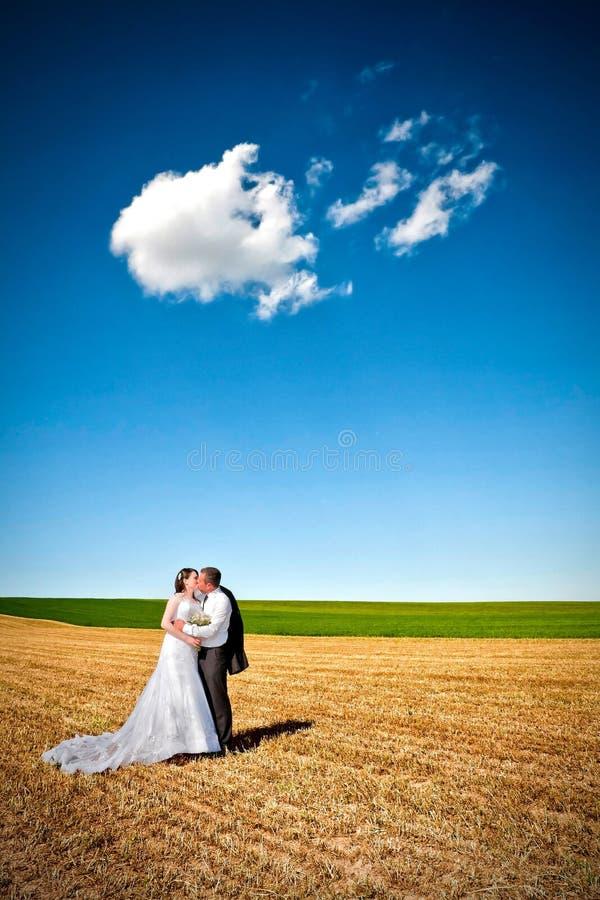 Beijo sob as nuvens imagem de stock