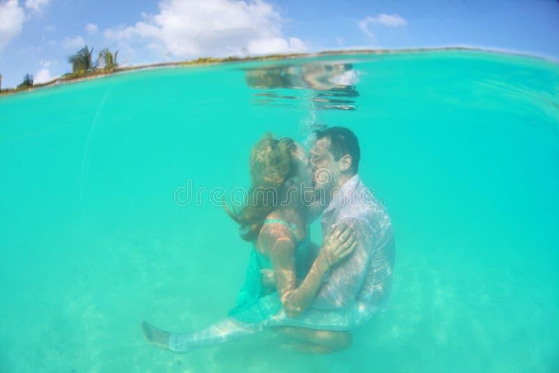Beijo subaquático bonito de pares loving imagens de stock royalty free