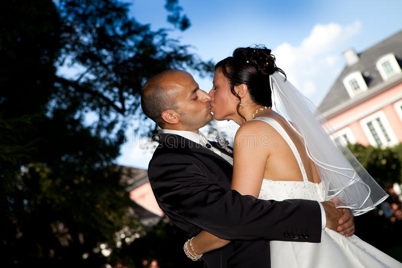 Beijo turco do casamento do céu azul imagem de stock
