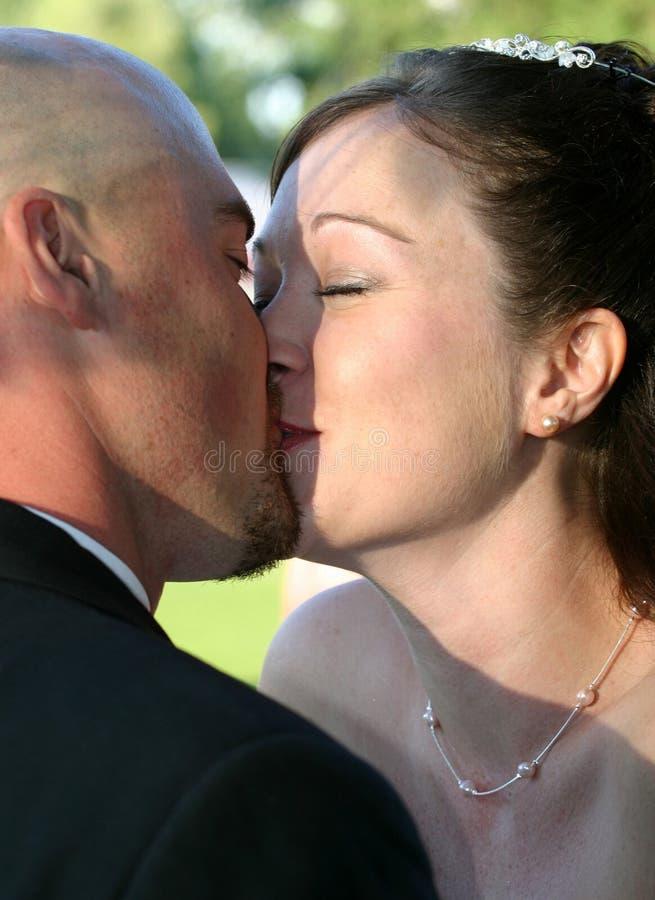 Beijo Wedding a noiva 2 fotografia de stock