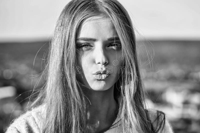 Beijos bonitos da menina fotografia de stock royalty free