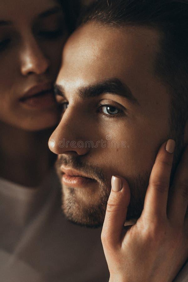 Beijos de amor bonitos dos pares Retrato de um homem foto de stock