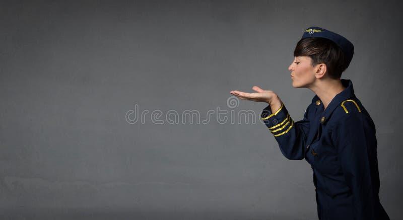 Beijos de sopro da aeromoça com mão aberta imagem de stock royalty free