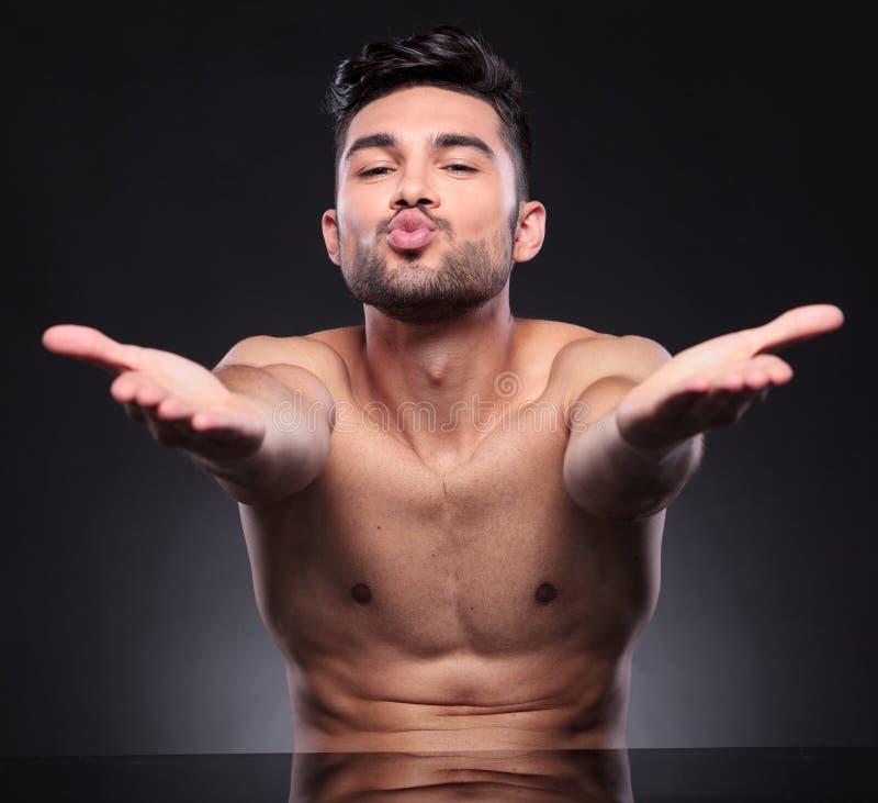Beijos despidos dos sopros do homem novo foto de stock royalty free