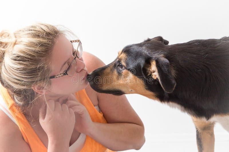 Beijos do filhote de cachorro fotos de stock royalty free