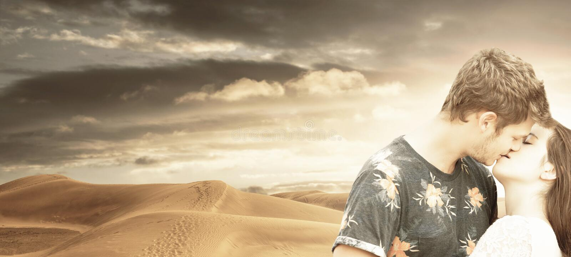 Beijos novos dos pares no deserto fotografia de stock royalty free