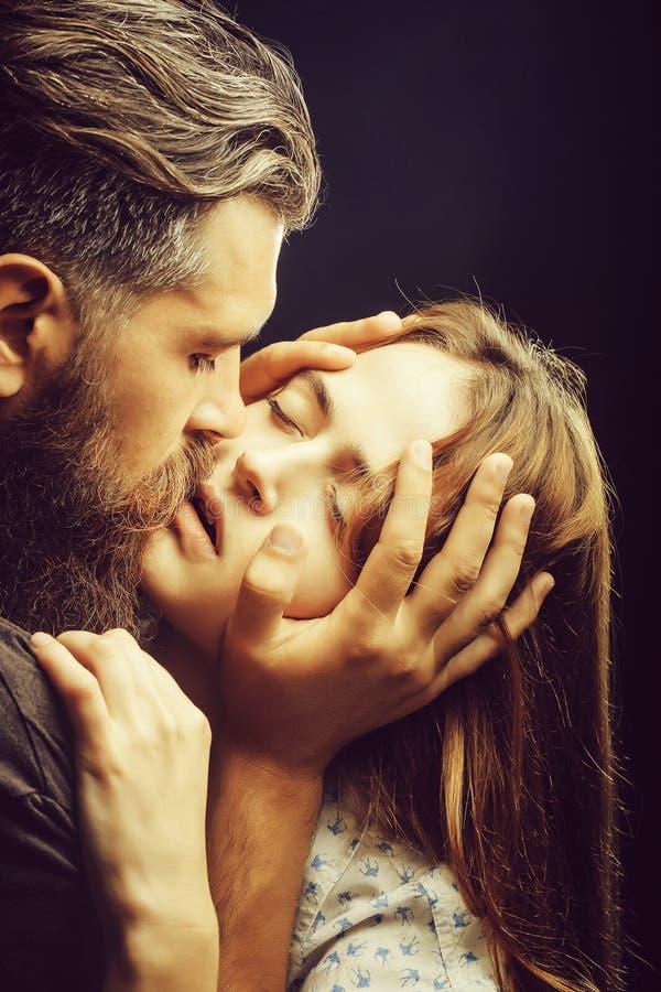 Beijos 'sexy' dos pares imagem de stock
