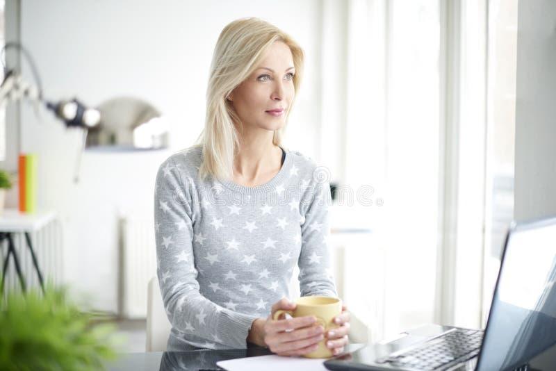 Beiläufige Geschäftsfrau stockbilder