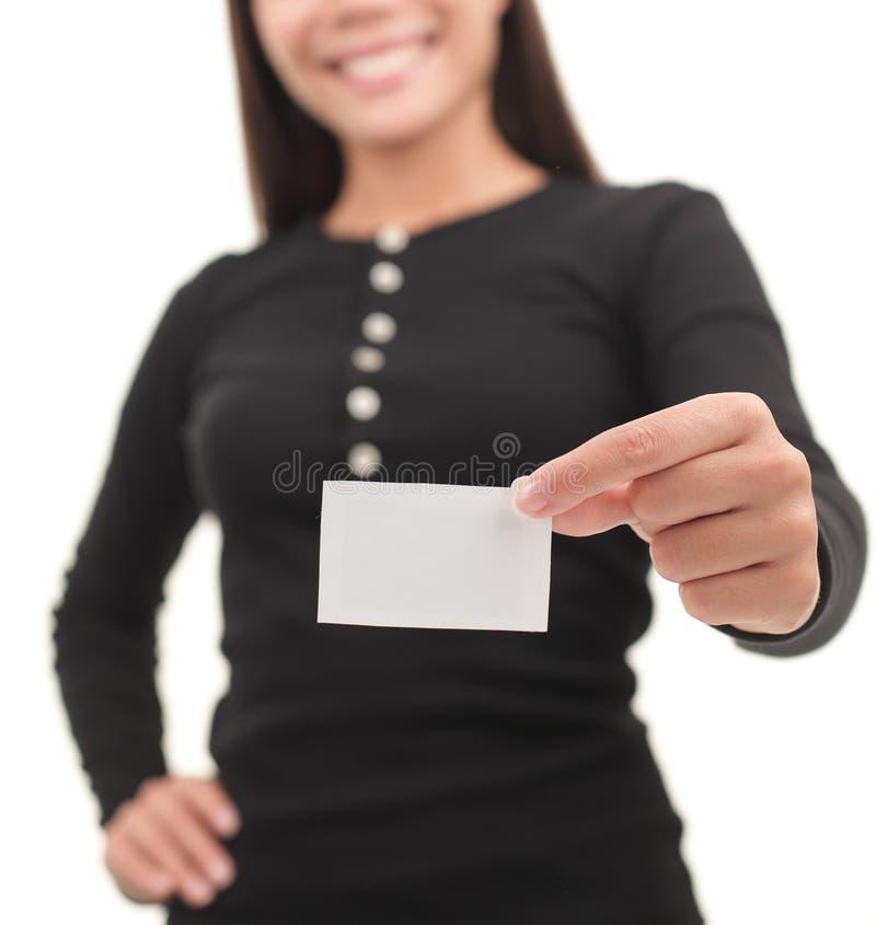 Beiläufige Geschäftsfrau, die unbelegte Visitenkarte zeigt lizenzfreie stockfotografie