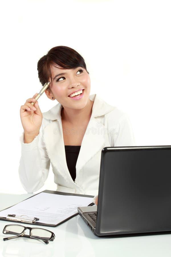Beiläufige Geschäftsfrau erhielt eine Idee lizenzfreies stockfoto