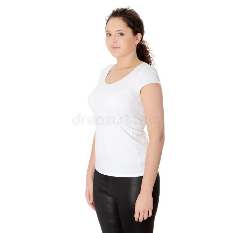 Beiläufige glückliche junge corpulent Frau stockfotos