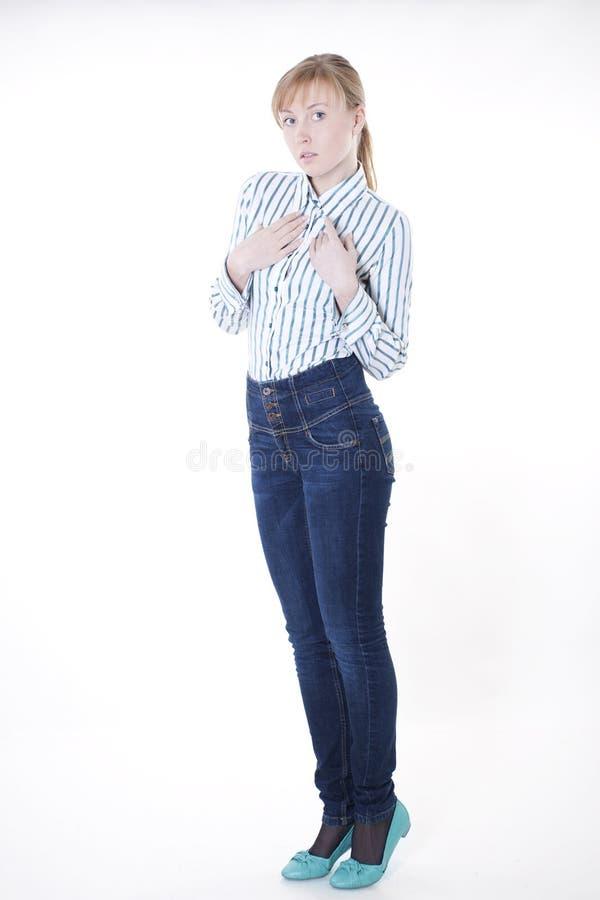 Beiläufige junge Frau im Hemd und in den Jeans stockbild