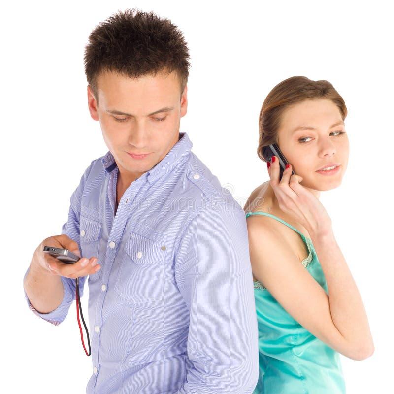 Beiläufige Paare, die am Telefon sprechen stockfotografie