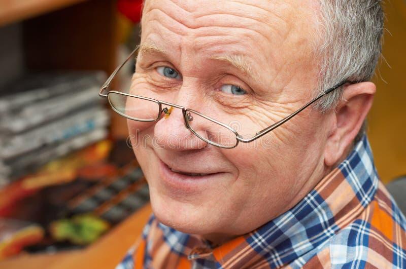 Beiläufiger älterer Mann mit Gläsern. lizenzfreies stockfoto