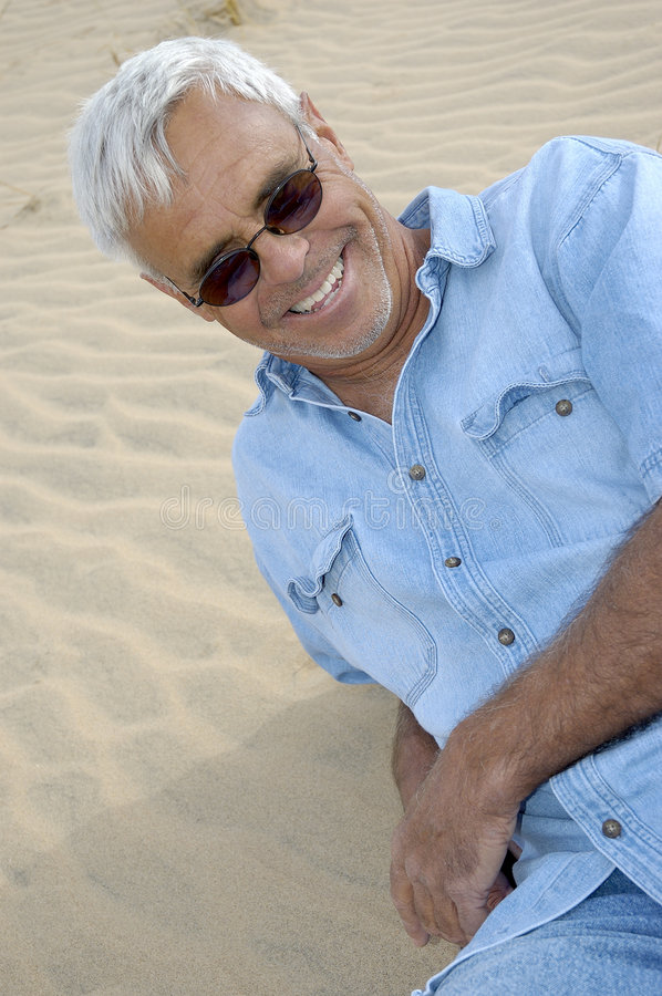 Beiläufiger überzeugter älterer Mann lizenzfreie stockfotos