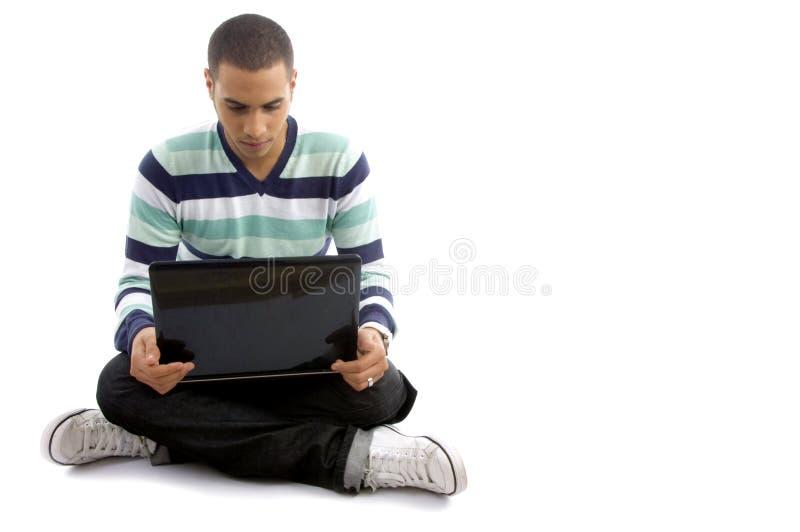Beiläufiger Junge, der mit Notizbuch sitzt stockfoto