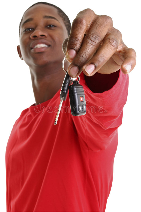 Beiläufiger junger Mann, der heraus Auto-Taste anhält stockfotos