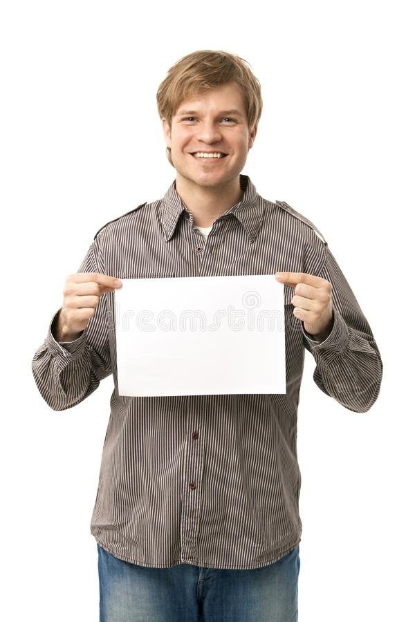 Beiläufiger junger Mann, der Leerbeleg anhält stockbilder