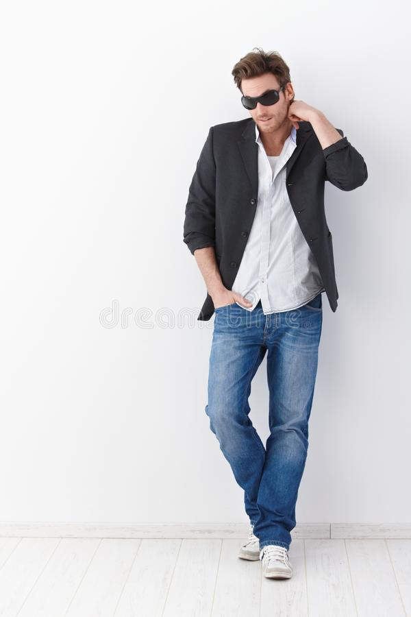 Beiläufiger Mann in den Sonnenbrillen lizenzfreies stockbild