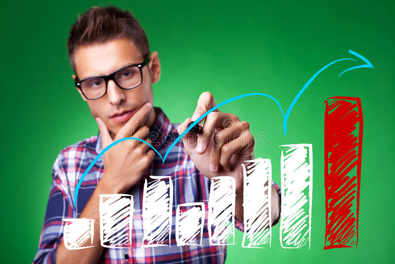Beiläufiger Mann mit den Gläsern, die einen steigenden Pfeil zeichnen stockfotografie